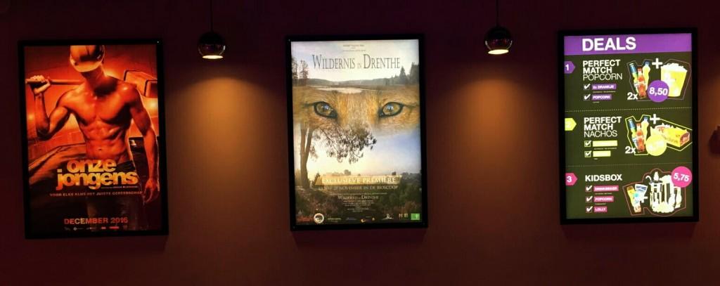 De filmposter van WILDERNIS IN DRENTHE zoals hij in De Nieuwe Kolk tussen anderen hangt...